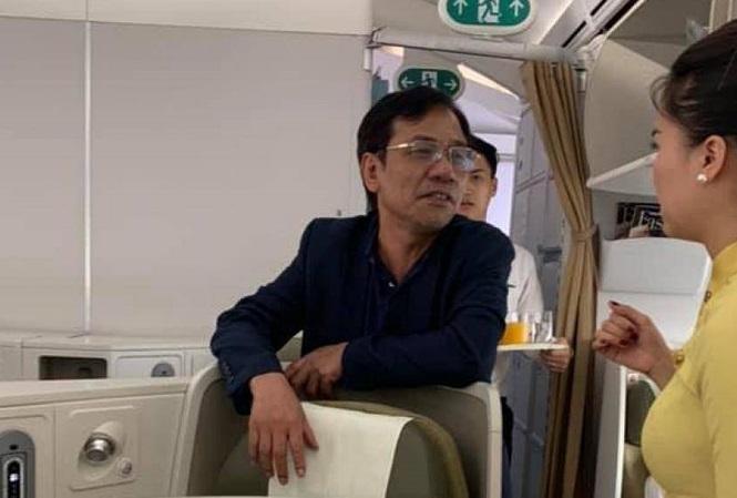 Hành khách Vũ Anh Cường (áo đen) được tiếp viên mời khỏi máy bay sau khi bị tố sờ soạng khách nữ cùng khoang thương gia. Ảnh: báo Tiền Phong