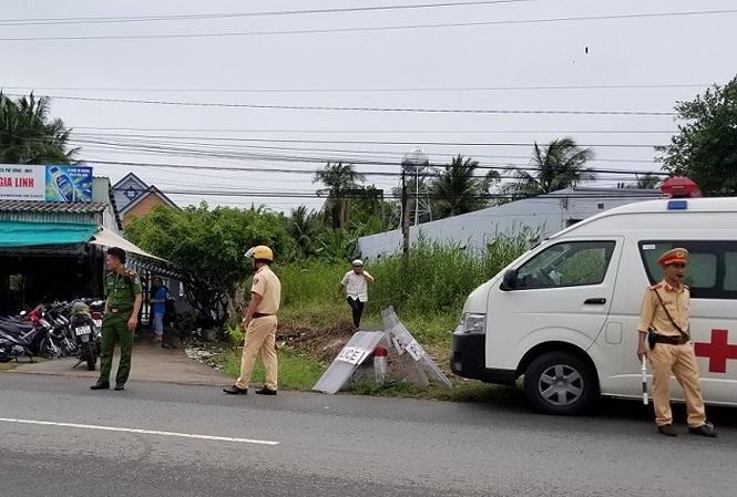 Xe cứu thương đến hiện trường đưa các cán bộ bị thương đi cấp cứu. Ảnh: Tiền Phong