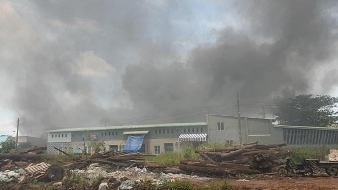 Cháy lớn tại nhà xưởng và cơ sở sản xuất mặt hàng thời trang ở huyện Hóc Môn (TP.HCM). Ảnh: Tiền Phong