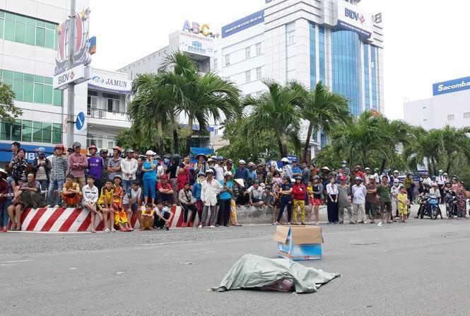 Bao tải chứa xác thai nhi rơi xuống đường. Ảnh: báo Tiền Phong