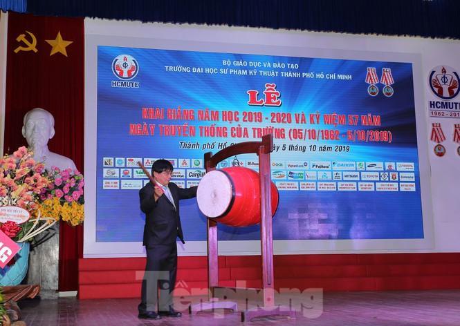 PGS Đỗ Văn Dũng, Hiệu trưởng trường ĐH Sư phạm Kỹ thuật TPHCM đánh trống khai giảng. Ảnh: báo Tiền Phong.