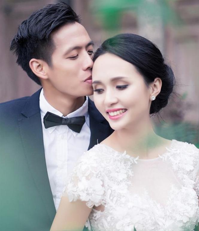 """Cặp đôinuôi dưỡng tình yêu suốt 4 năm sau lần đầu gặp gỡ ở Macau trước khi một đám cưới ngọt ngào diễn ra vào tháng 5/2015.Suốt thời gian yêu nhau, cặp đôi này khá kín tiếngnhưng ai cũng thấy rằng """"nhạc phụ"""" của chàng cầu thủ cũng khá ủng hộ cho mối nhân duyên ấy."""