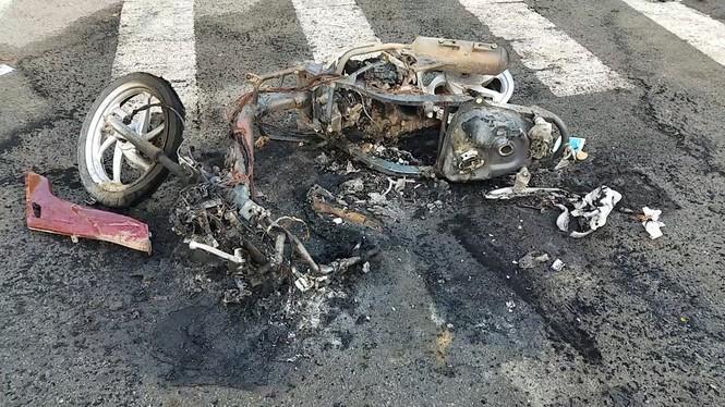 Xe máy của nạn nhân bị đốt cháy rụi. Ảnh: Tiền Phong