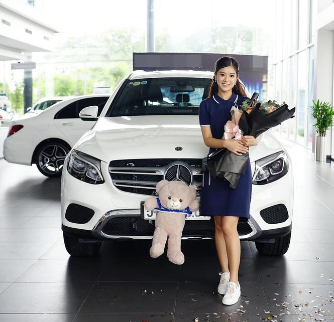 Được biết, chiếc xe được Hoàng Yến mới mua vào khoảng giữa tháng 7 thuộc dòng Mercedes đời mới nhất, có giá gần 2 tỷ đồng.