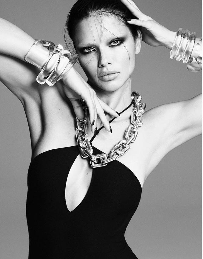 Cựu thiên thần Adriana Lima thần thái lạnh lùng hút mắt