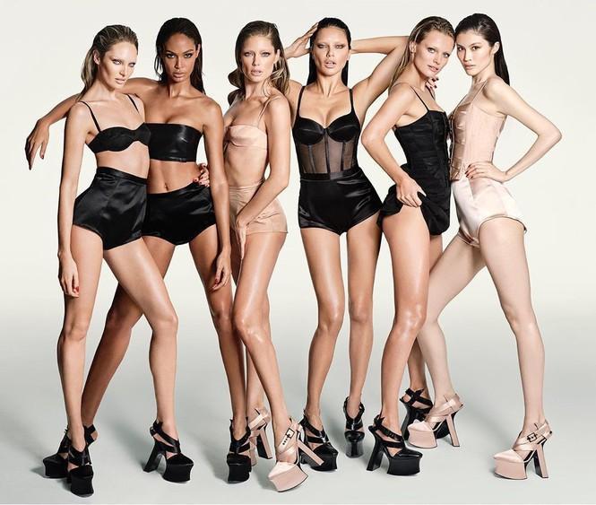 Các siêu mẫu khoe thân hình nóng bỏng trong các thiết kế nội y trắng đen