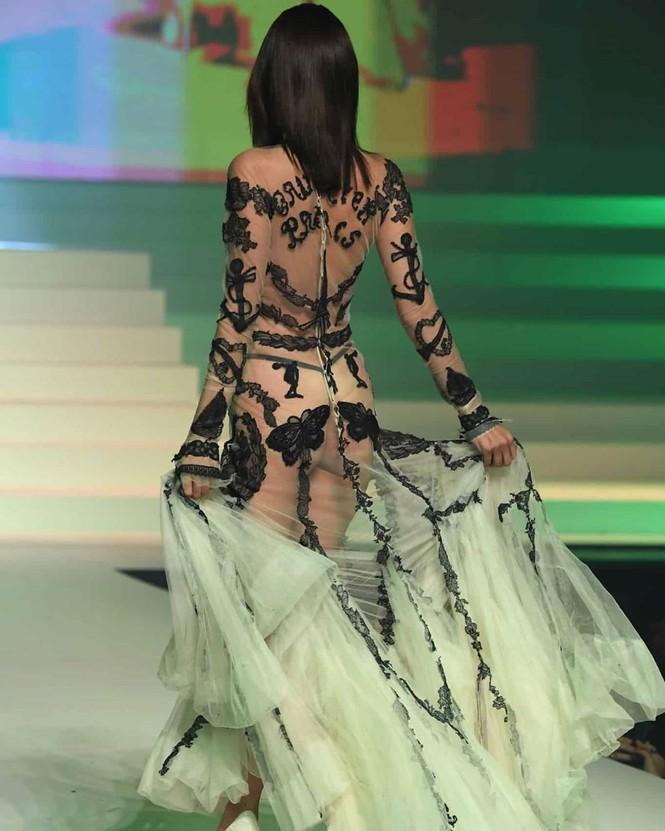 Váy sheer cùng với những họa tiết đen nổi bật tôn lên vóc dáng của chân dài sinh năm 1996