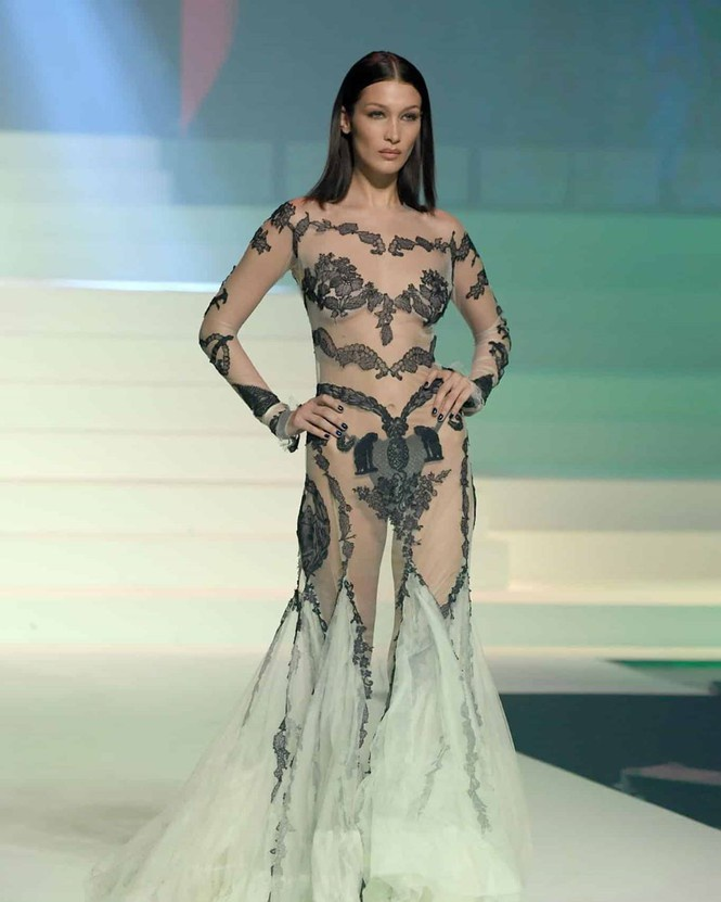 Bella Hadid là trung tâm của mọi sự chú ý khi diện kiểu váy trong suốt- xuyên thấu lộ hết nội y bên trong tại show Jean-Paul Gaultier