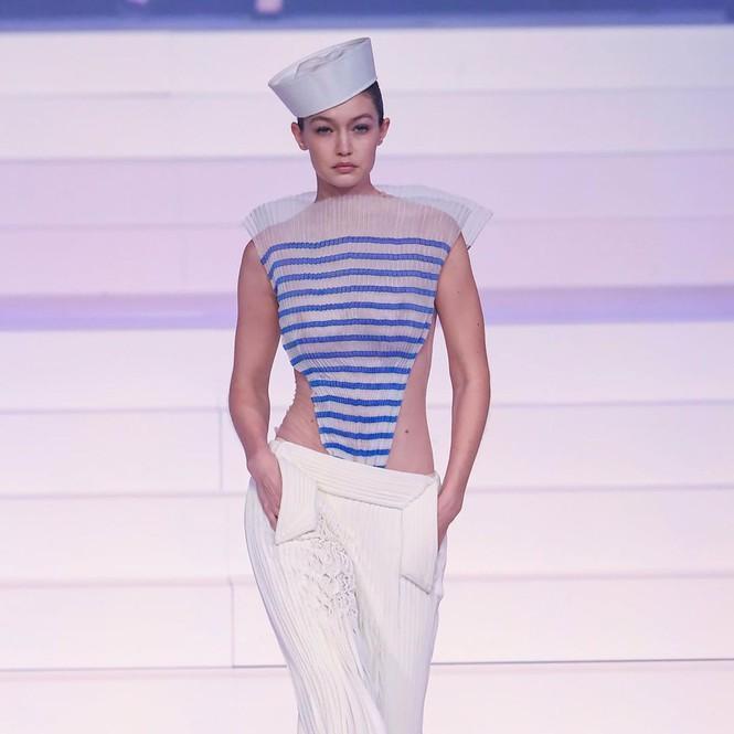 Chị gái Gigi Hadid mặc áo xuyên thấu che ngực hững hờ cùng những đường lằn ngang sọc kẻ màu xanh , thiết kế này lấy cảm hứng từ thủy thủ