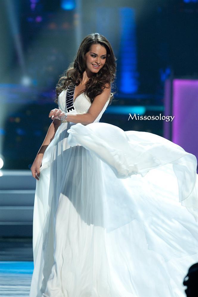 Hoa hậu người Ukraine – Olesya Stefanko đã vượt qua rất nhiều người đẹp khác để được xướng tên ở ngôi vị Á hậu 1 cuộc thi Hoa hậu Hoàn vũ 2011. Người hâm mộ khá nuối tiếc vì sắc đẹp và sự thông minh không giúp cô nàng có được ngôi vị cao nhất.