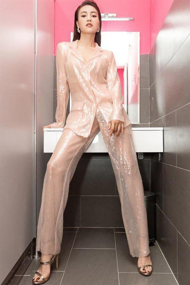 Quần ống suông, áo sequin mang tông hồng pastel ngọt ngào đem đến vẻ thời thượng, hiện đại cho nữ diễn viên.