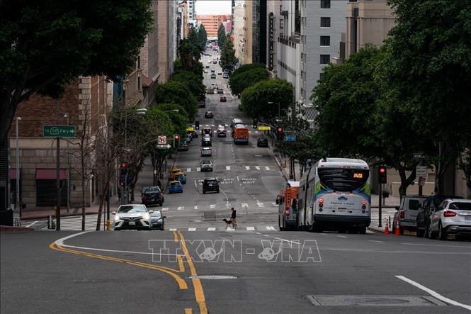 Các phương tiện di chuyển trên đường phố tại Los Angeles, California, Mỹ, ngày 20/3/2020, trong bối cảnh dịch COVID-19 lan rộng. Ảnh: THX/TTXVN