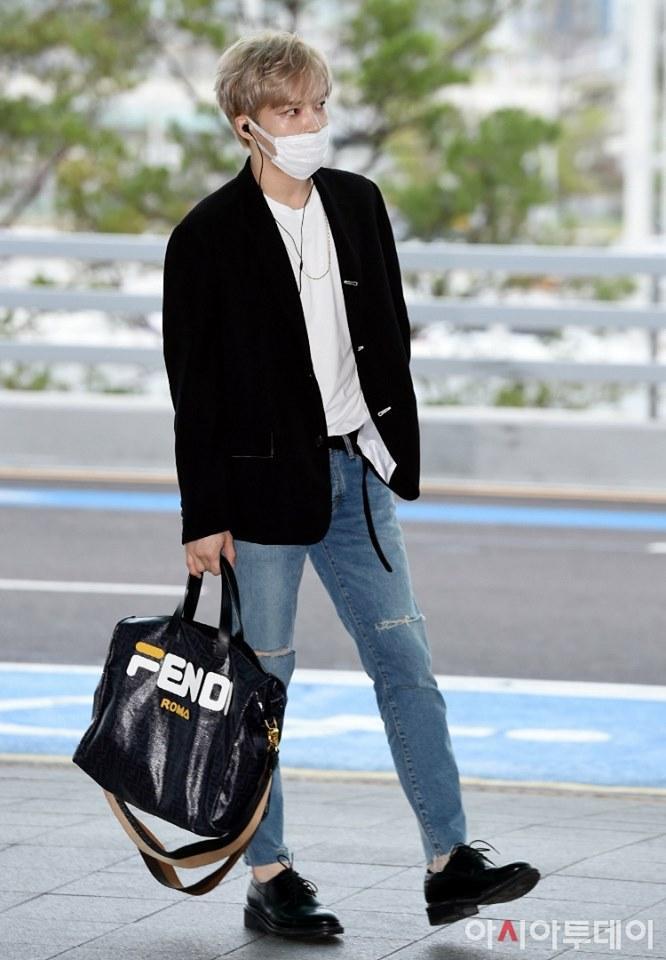 Ngay tại sân bay Incheon Hàn Quốc , thành viên nhóm JYJ đã thu hút tay săn ảnh trong trang phục áo thun trắng mix quần jeans và blazer đen cùng phụ kiện là túi xách big size của Fendi