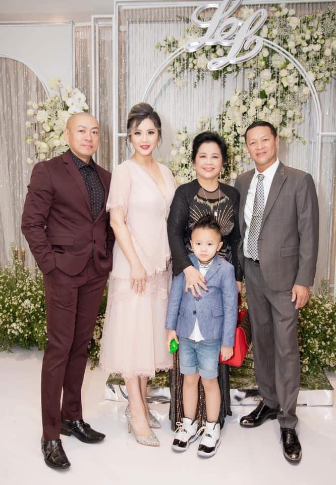 Zenie cùng ông xã và con trai chụp ảnh với bố mẹ