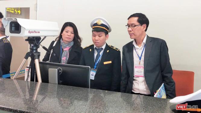 Ông Đặng Quang Tấn – Phó Cục trưởng Cục Y tế dự phòng, Bộ Y tế kiểm tra công tác phòng chống dịch bệnh tại sân bay. Ảnh: Viet Times