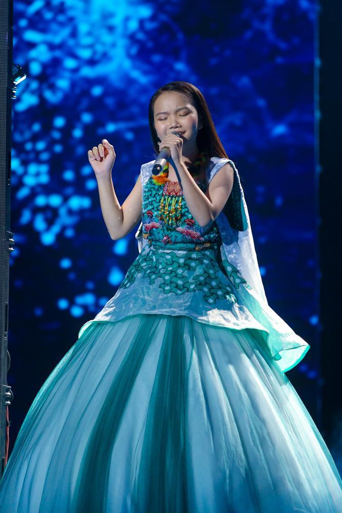 Tân quán quân Giọng hát Việt nhí - Hà Quỳnh Như được đánh giá cao cả về giọng hát dày dặn, đa màu sắc và phong cách trình diễn chuyên nghiệp.