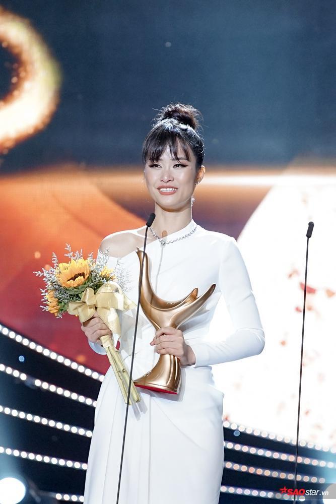 Đông Nhi đã vượt qua nhiều tên tuổi nghệ sĩ lớn để xuất sắc nhận giải thưởng: Ca sĩ của năm.