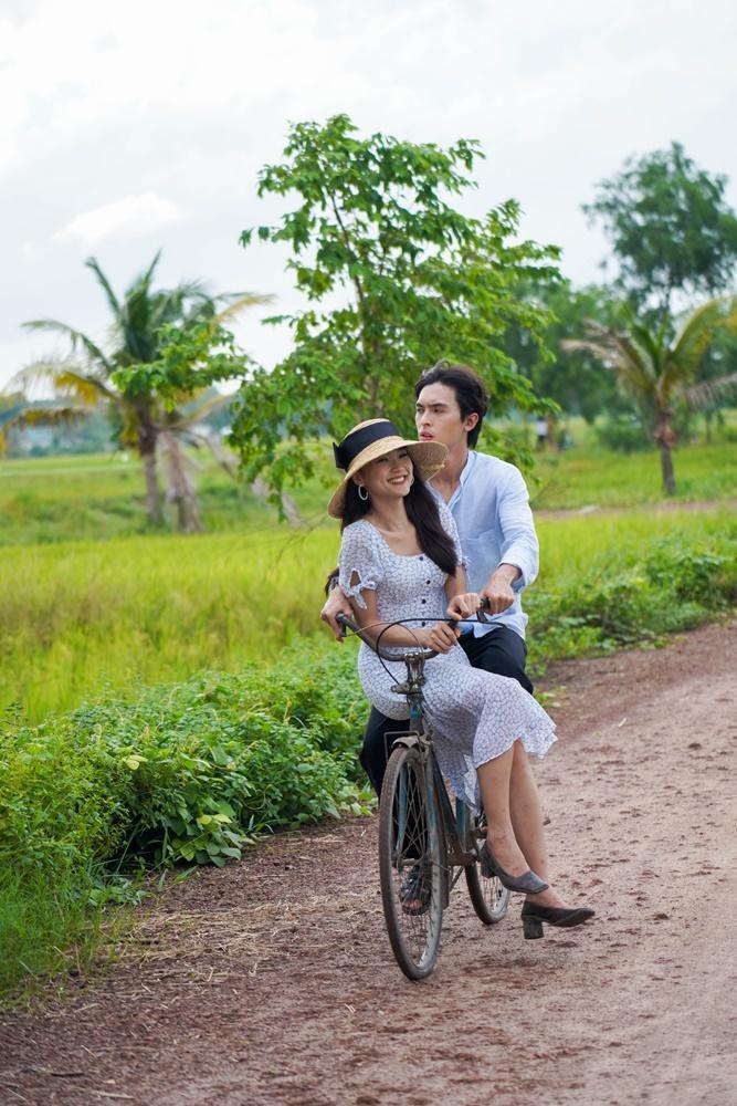 MV lấy bối cảnh Việt Nam thời Đông Dương, được quay tại Gò Công, Tiền Giang, kể về chuyện tình giữa nữ tiểu thư và anh hầu nam dù yêu nhau nhưng không đến được với nhau.