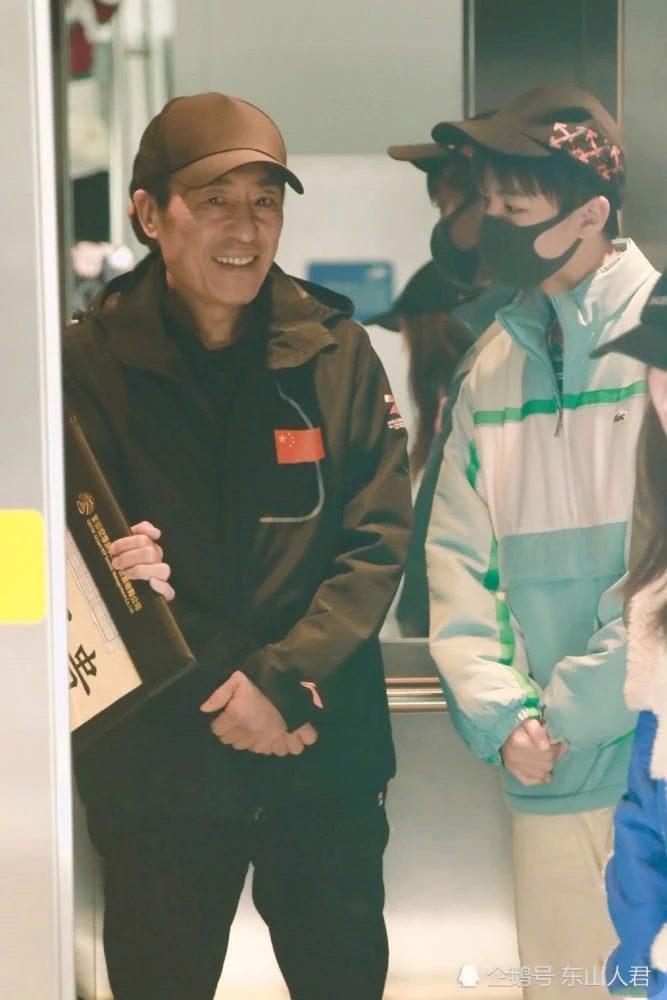 Vương Tuấn Khải bị chỉ trích thiếu lễ độ khi trò chuyện với Trương Nghệ Mưu mà lại đeo khẩu trang ảnh 0