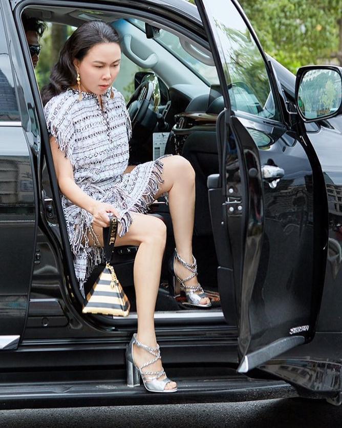 Trend giày lòi ngón chân cái gây sốt: Sao Việt ầm ầm kéo nhau tìm mua đến cháy hàng ảnh 13