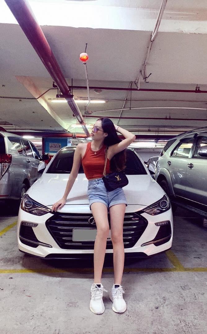 """Trong khi đó, chiếc Hyundai Elantra Sport của nàng tân Hoa hậu Hoàn vũ 2019 lại có màu trắng muốt. Phần đầu xe Hyundai Elantra mang kiểu thiết kế """"Điêu khắc dòng chảy"""", lưới tản nhiệt mạ Crom sáng bóng kèm theo Logo Turbo. (Ảnh: Tổng hợp Facebook)"""