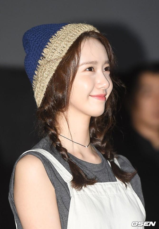Yoona SNSD còn chọn kiểu tóc hai bím và đội mũ len trông cô không khác gì nữ sinh mới 20 tuổi