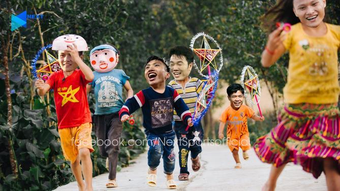 Trông dàn sao của tuyển Việt Nam hồn nhiên khi trở về tuổi thơ.Ai cũng háo hức để tận hưởng trọn vẹn niềm vui phá cỗ ngày Tết Trung thu. (Ảnh của Next Sport)