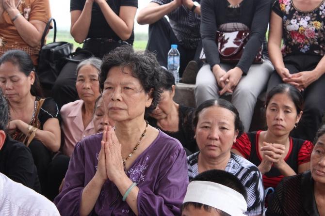 Bà Hiền trong lần khấn cầu dưới chân cầu Long Biên với hy vọng tìm thấy thi thể chị Huyền.