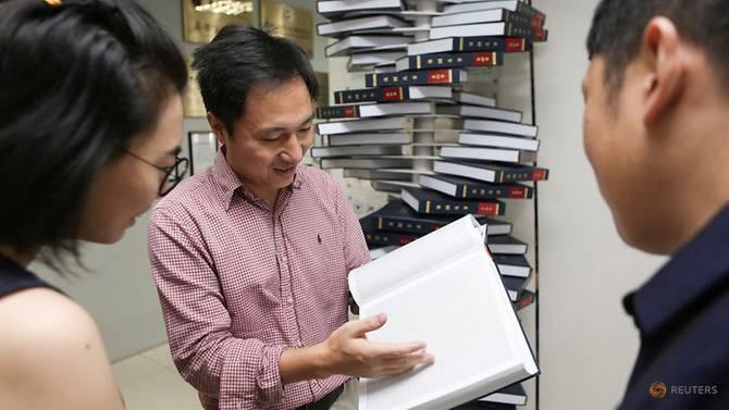 Nhà khoa học Hạ Kiến Khuê tuyên bố đã tạo ra cặp song sinh được điều chỉnh gen đầu tiên trên thế giới, khiến cộng đồng khoa học Trung Quốc và quốc tế dậy sóng. Ảnh: Reuters.