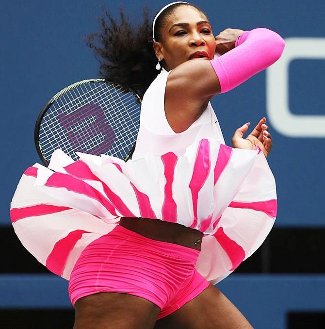 Serena Williams với set đồ hồng chóe gây chóng mặt dưới cái nắng