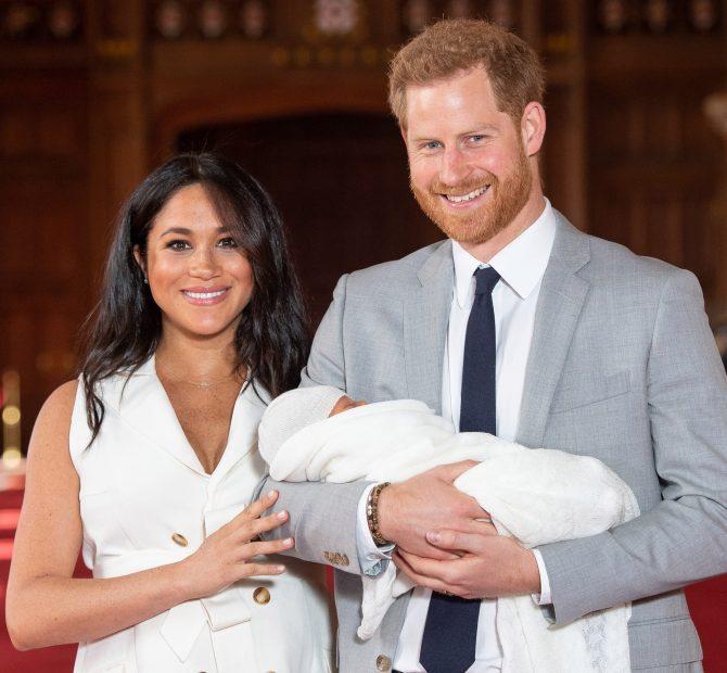 Vợ chồng Hoàng tử Harry và con trai mới sinh.