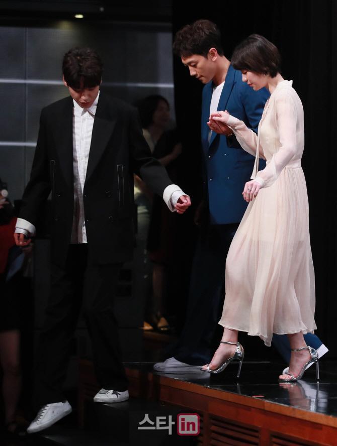 Kwak Si Yang cũng chú ý giúp đỡ đồng nghiệp.
