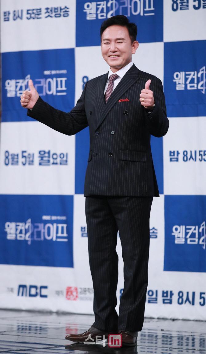 Họp báo Welcome 2 Life: Bi Rain tình tứ dìu tay và ôm eo Lim Ji Yeon, Kwak Si Yang bảnh trai ảnh 11