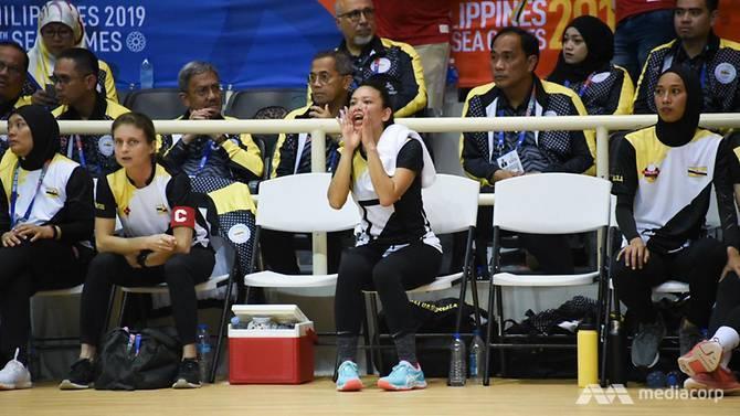 Công chúa hăng hái cổ vũ đồng đội trong trận đấu.