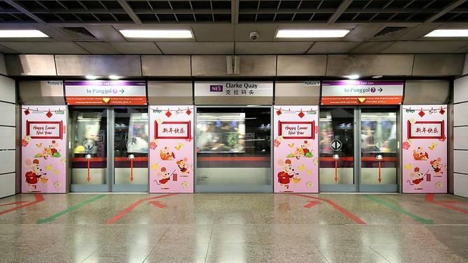 Trang trí bên trong và ngoài hệ thống xe điện tại Singapore.