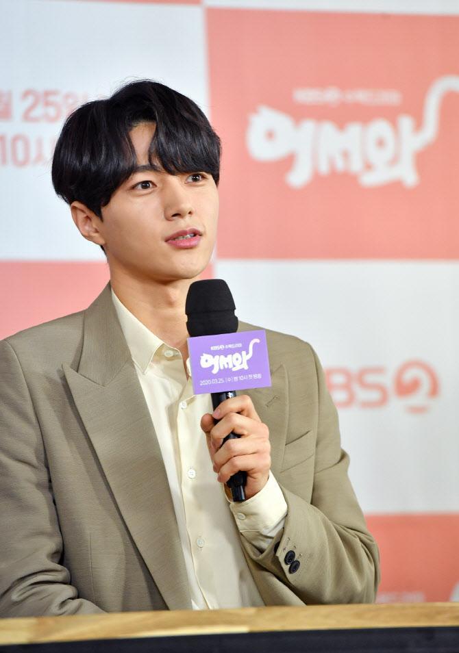 Shin Ye Eun tình tứ bên L (Infinite) tại họp báo phim giả tưởng chàng mèo hóa người ảnh 10
