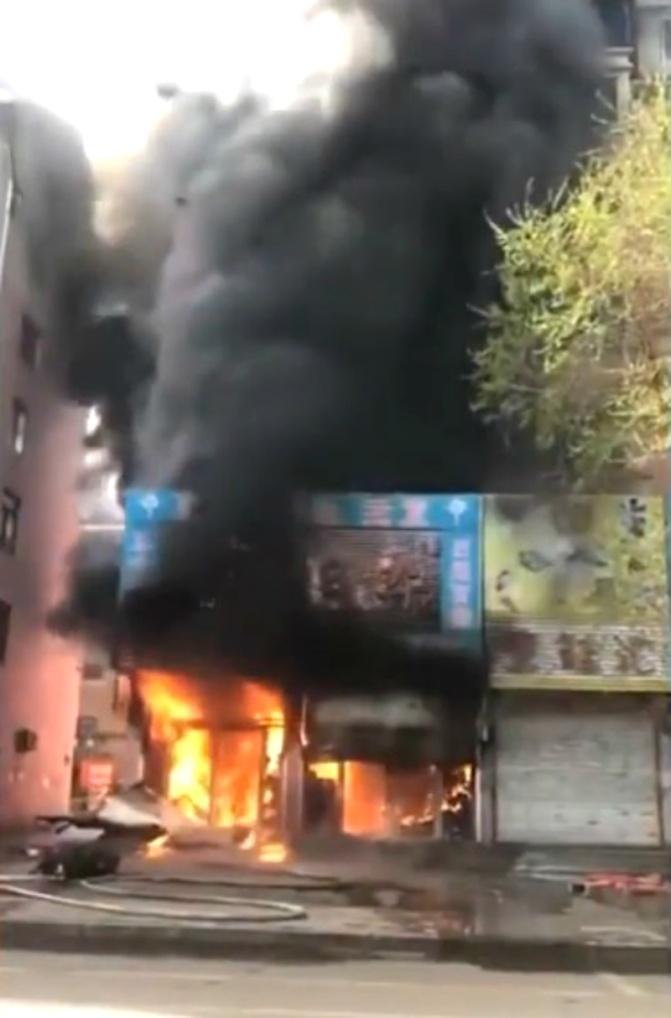 Ngọn lửa bốc cháy dữ dội trong chung cư tại Trung Quốc.
