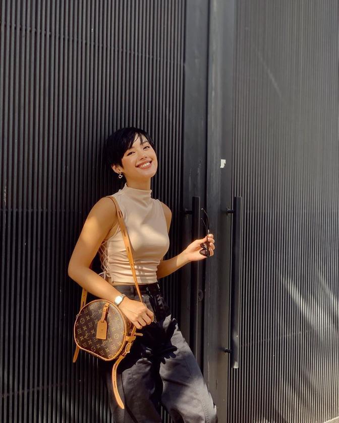 Ngọc Trinh, Hhen Niê ném tiền qua cửa sổ, sắm túi hiệu đắt đỏ chỉ để đựng táo với chôm chôm? ảnh 9