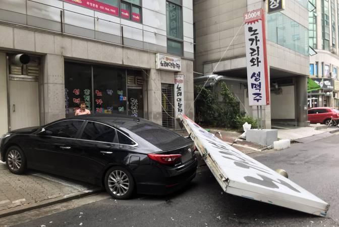 Biển đổ sập lên xe hơi ởGoyang.