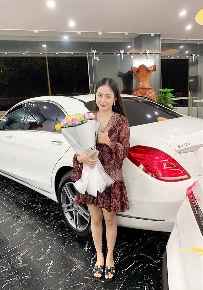 Cô rạng rỡ bên chiếc xe mới. Ảnh: Vũ Thị Trang