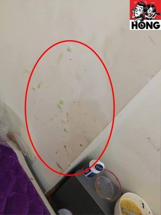 Trên tường thì không thiếu những vết bẩn không rõ nguồn gốc.
