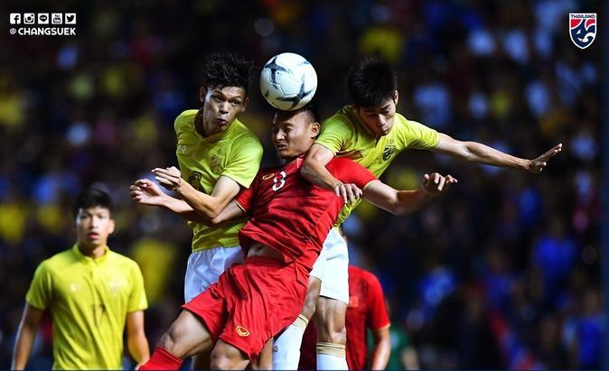 Trọng Hoàng trong một pha tranh chấp trên không bị kẹp giữa 2 cầu thủ Thái Lan.
