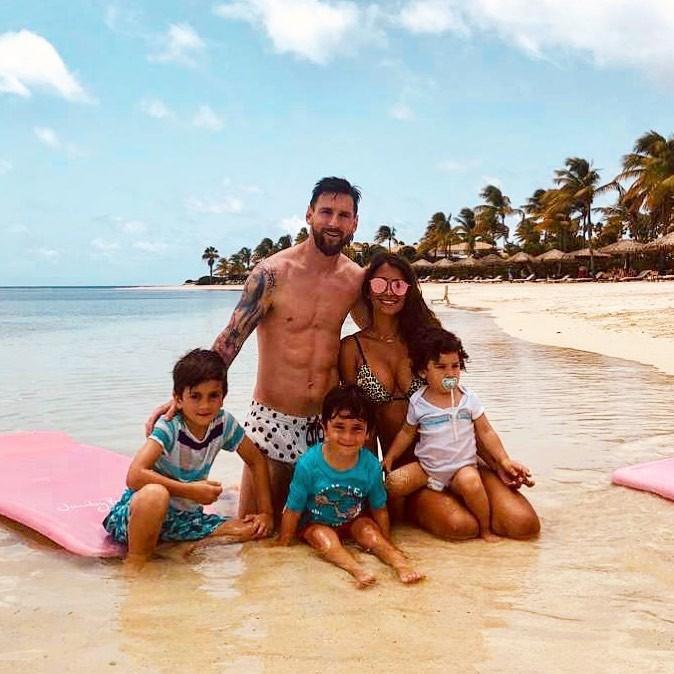 Cụ thể, cả nhà Messi đang có mặt tại Jumby Bay (Antigua), một hòn đảo tư nhân nằm ven bở biển Caribe. Nơi đây chỉ có thể tiếp cận duy nhất bằng đường thủy và được xem như một thiên đường thu nhỏ giữa lòng đại dương.