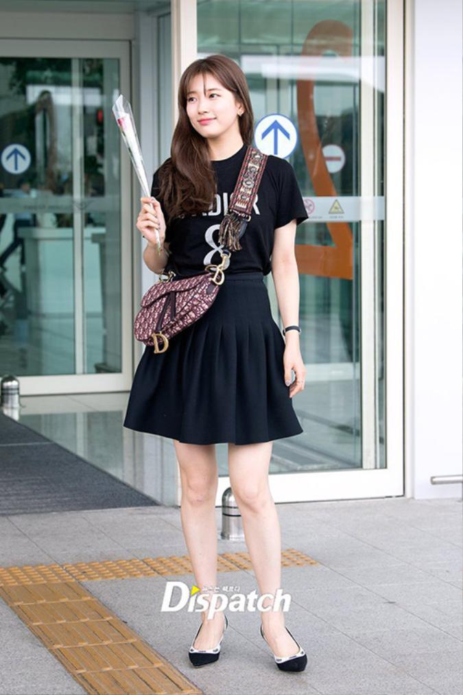 Diện trang phục khá giản dị và trông có vẻ 'tròn trịa' thế nhưng nữ idol vẫn toát ra vẻ đáng yêu xinh đẹp