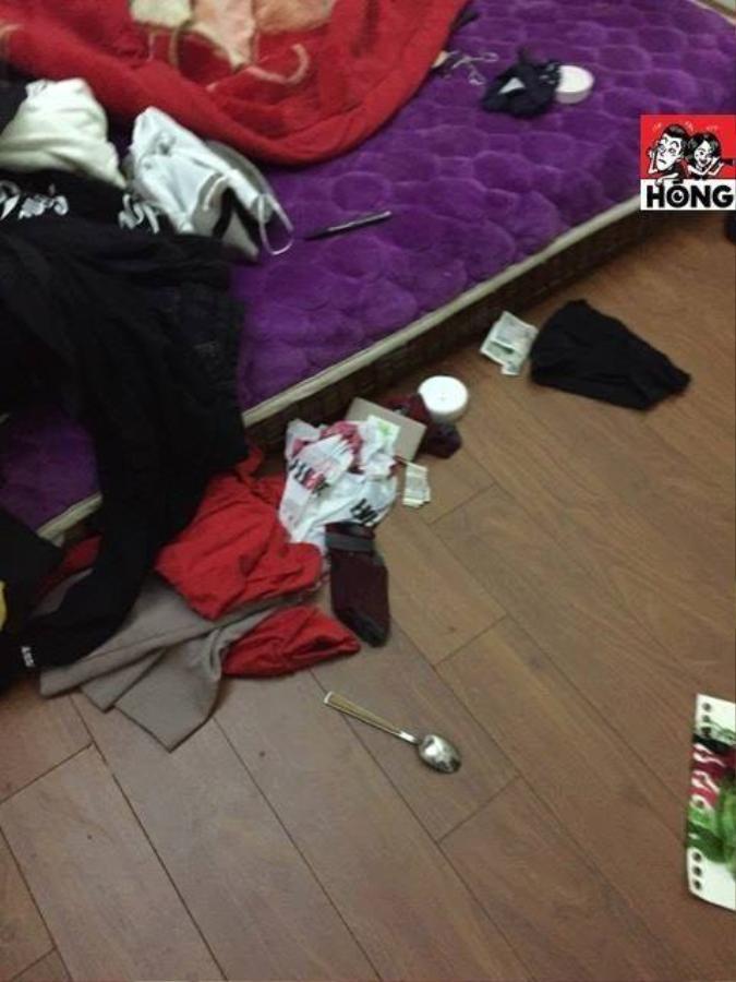 Quần áo rải từ trên giường xuống dưới giường.