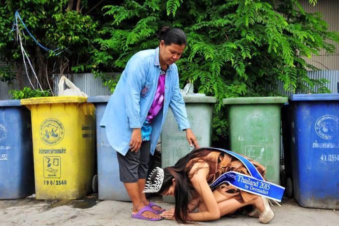 Hoa hậu Thái Lan quỳ gối trước người mẹ nhặt rác sau khi đăng quang.