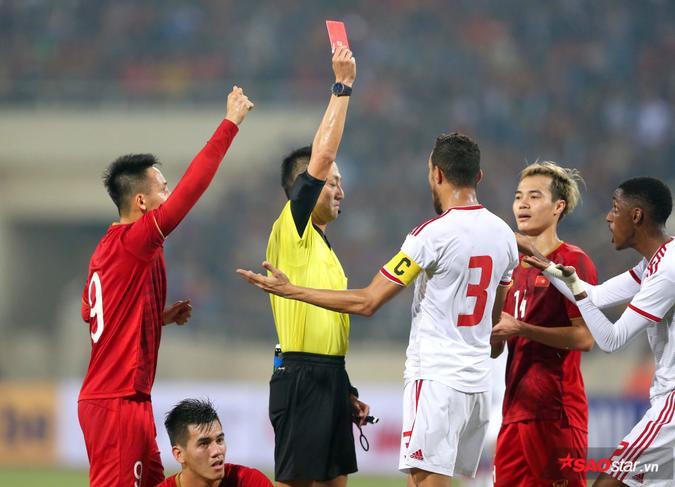 Hai đội chơi ăn miếng trả miếng trong suốt 40 phút đầu của hiệp 1. Thế nhưng, bước ngoặt trận đấu bất ngờ xảy ra.Hậu vệ số 12 của UAE đã phải nhận thẻ đỏ sau pha phạm lỗi với Tiến Linh.