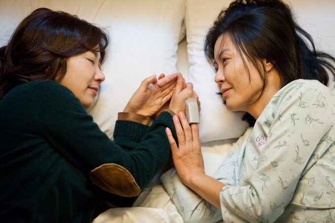 Na-mi trải lòng cùng Chun-hwa về gánh nặng gia đình. Ảnh cắt từ phim