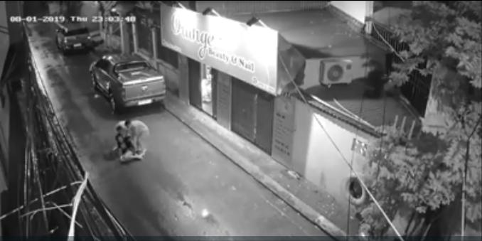 Nghe bên ngoài ầm ĩ, hai người từ tiệm nail bên cạnh đã mở cửa và phát hiện cô gái.