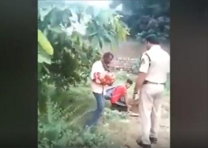 Bé gái bị chính người nhà đào hố chôn sống (ảnh cắt từ clip).